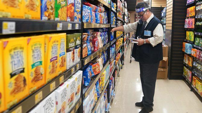 11月13日、英国が再びロックダウンに入るとのうわさが最初に広まると、近所のスーパーマーケットの棚からはまた、パンやトイレットペーパーが姿を消し、リアンヌ・バーンズさんは絶望感を抱いた。ニューヨークのスーパーで2020年8月撮影