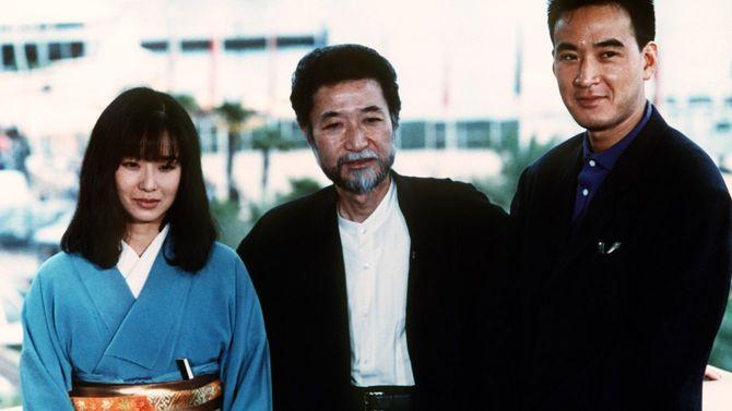 1988年5月13日、日本から参加した(左から)女優の田中裕子、吉田喜重監督、俳優の松田優作(フランス・カンヌ)