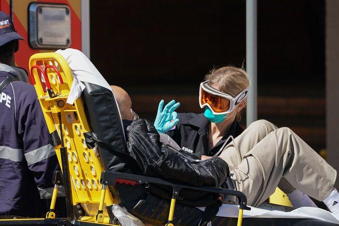 病院で患者を搬送する救急救命士