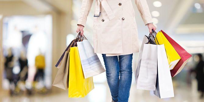 カラフルなショッピングバッグをたくさん持つ女性