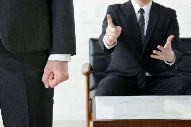 こぶしを握りしめて去るビジネスマン