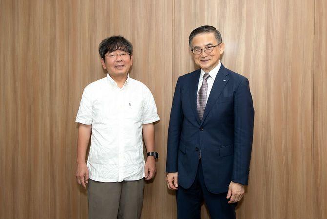 小説家の高嶋哲夫氏(左)とイーオン社長の三宅義和氏(左)