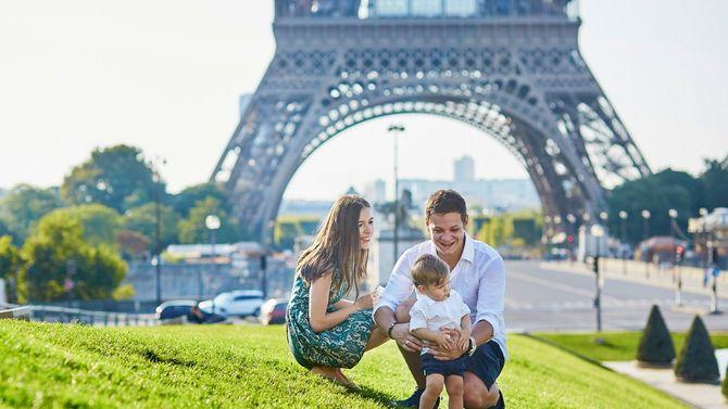 エッフェル塔の近くで、休日を楽しむ幸せそうな親子3人