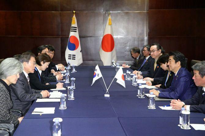 韓国の文在寅大統領(左手前から2人目)と会談する安倍晋三首相(右手前から2人目)=2019年12月24日午後、中国・四川省成都