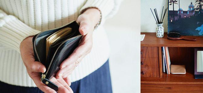 半分に折ったお札とカードが4枚。L字に開く黒いイタリアンレザーの財布は「ドンテポーナ」。食費用のキャメル色の財布はライティングデスクが定位置で、持ち歩かず、使ったら補充します。