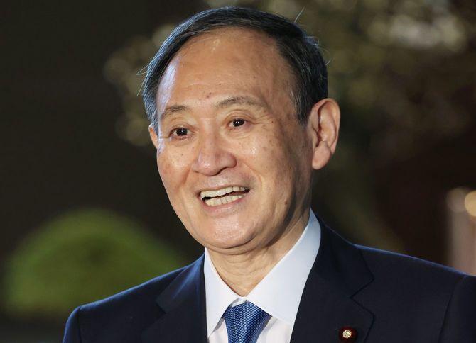 記者団の質問に笑顔で応える菅義偉首相=2021年1月18日午前、首相官邸