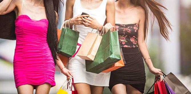 ショッピングをする3人の女性