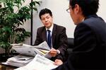 新人はあちこちに線を引いた日経新聞以外に、四季報や株価チャートなどを準備して打ち合わせに臨む。