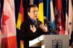 2009年2月、エルサレムで行われたイスラエル賞の受賞記念式典にて講演する村上春樹氏。国際的にも高い評価を得ている。