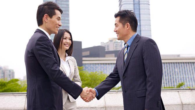 ビジネスパーソンが笑顔で握手