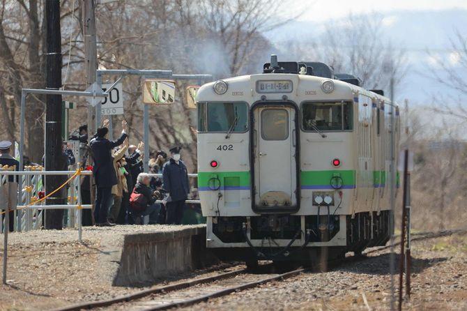 運行を終えるJR北海道・札沼線の最終列車=2020年4月17日、北海道新十津川町