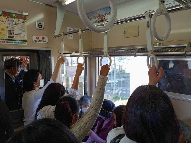 混雑した東京メトロ地下鉄で移動する人々