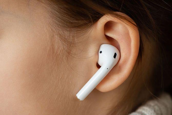 女の子の耳にワイヤレスイヤホン