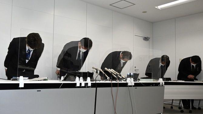 東京電力柏崎刈羽原発で不祥事が相次いでいることを受け、頭を下げ謝罪する東電の小早川智明社長(左から2人目)ら=2021年4月7日、新潟市中央区