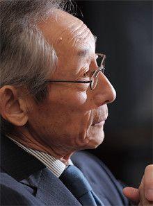 <strong>武田國男</strong>●たけだ・くにお<br>1940年、兵庫県生まれ。62年甲南大学経済学部を卒業後、武田薬品工業に入社。87年取締役、89年常務、91年専務、92年副社長、93年社長。2003年より現職。創業家6代目武田長兵衛の三男。副社長だった長兄の急逝で武田家の後継者に。医薬品事業に経営資源を集中させる大改革を行い、01年度には業界初となる連結売上高1兆円を達成した。