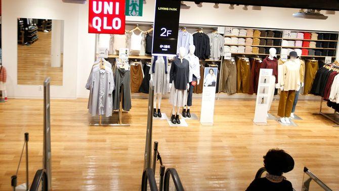 2019年8月6日、ガラガラの「ユニクロ」店舗を見つめる女性。2019年8月2日、日本の内閣が韓国を「ホワイトリスト」から外すことを承認したことで、多くの韓国人が日本製品をボイコットしている。