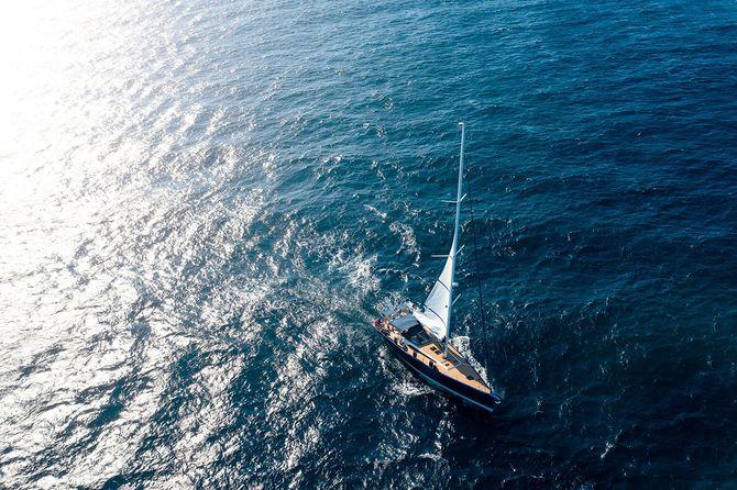 青い海の上を航行するヨット