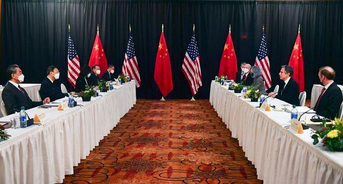 2021年3月18日、米アラスカ州アンカレジで行われた米中外交トップ会談に出席するサリバン大統領補佐官(右端)、ブリンケン国務長官(右から2人目)、中国の楊潔チ(タケカンムリに褫のツクリ)共産党政治局員(左から2人目)、王毅外相(左端)