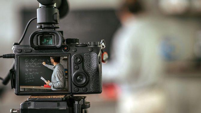 Vlogのための教育ビデオチュートリアルを撮影する教師