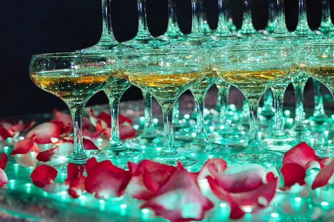 シャンパンのグラス。使い捨てからすのピラミッド