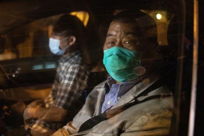 2020年8月12日、保釈され、車で警察署から去る香港紙「リンゴ日報」創業者の黎智英氏(中国・香港)