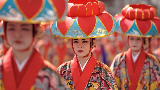 沖縄・那覇市にて、伝統的な踊り手たち