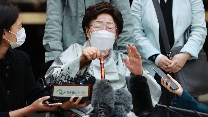 日本政府に損害賠償を求めた韓国慰安婦訴訟の原告の1人で元慰安婦の李容洙さん(中央)=2021年4月21日、韓国・ソウル