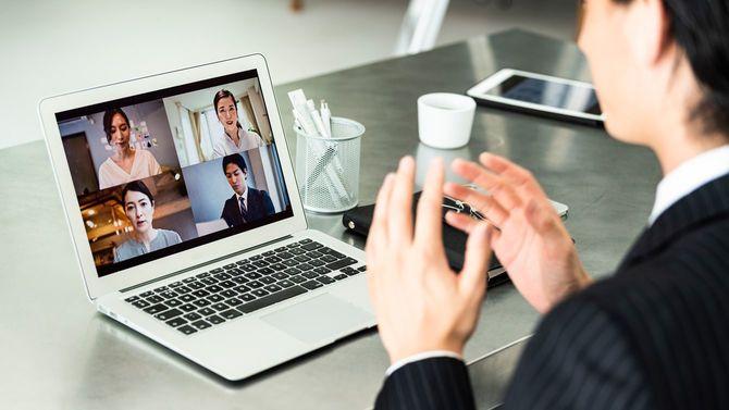 オンライン会議中のビジネスマン