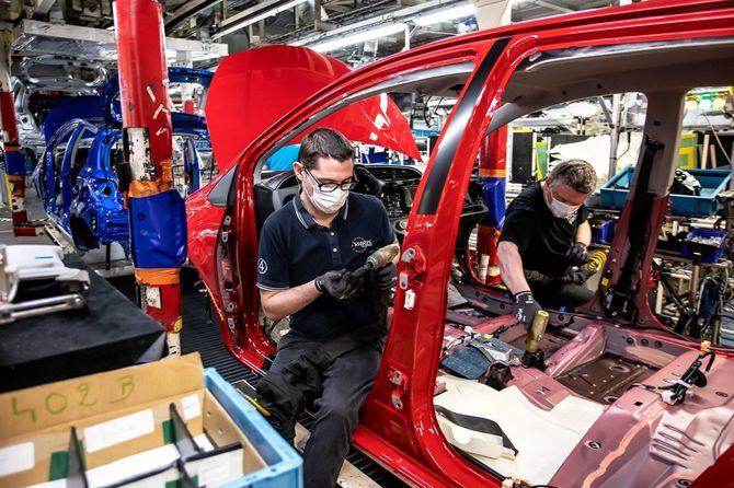 2020年4月28日、感染対策のため、マスクを着用して作業するフランスのトヨタ工場の作業員