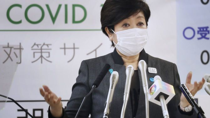記者会見する東京都の小池百合子知事=2020年4月24日、東京都庁