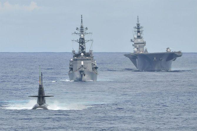令和2年度インド太平洋派遣部隊の訓練に参加した潜水艦「しょうりゅう」(左)