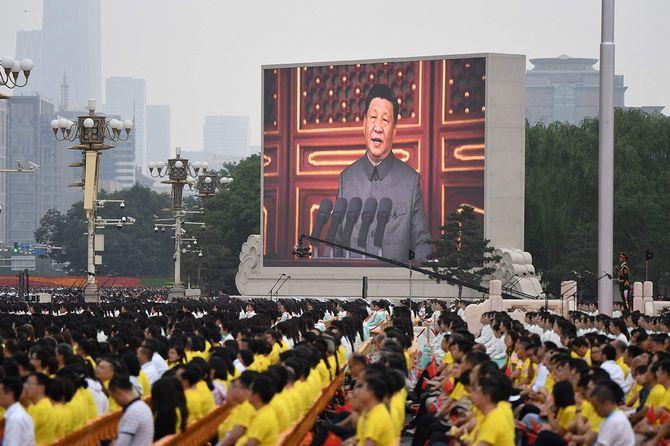 北京の天安門広場で開かれた中国共産党創立100年を記念する式典で演説する習近平党総書記(国家主席)