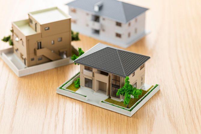木製テーブルの上に家のモデル