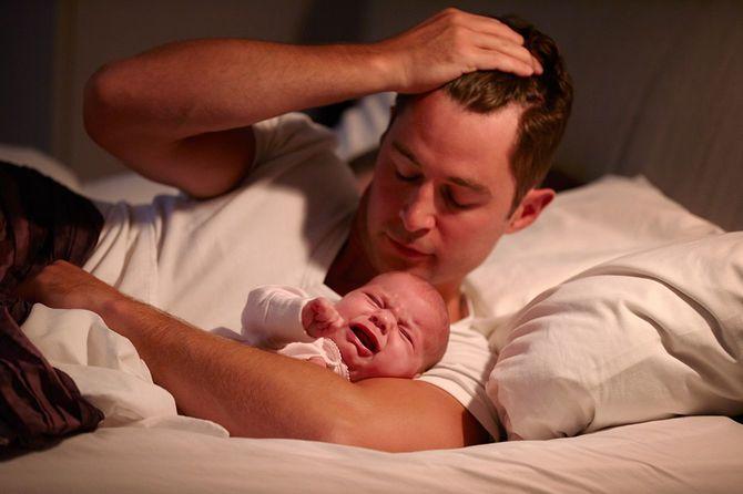 父のベッドで横になって、頭の赤ちゃんだけ