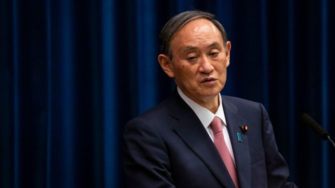 2021年5月14日、首相官邸で記者会見を行う菅義偉首相。新型コロナウイルスの第4波に対処するため、5月16日から緊急事態宣言を北海道、岡山、広島の各県に拡大することを発表した。
