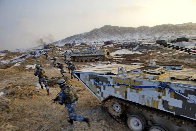 中国の人民解放軍は、世界各地で米国の力に挑戦するための準備を進めつつある。新彊ウイグル自治区バインゴリン・モンゴル自治州の基地で訓練する中国版「海兵隊」。2016年1月