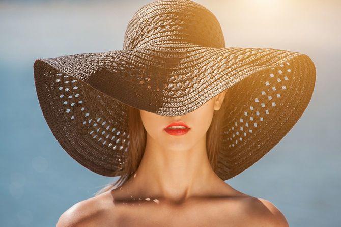 帽子で魅力的な女の子