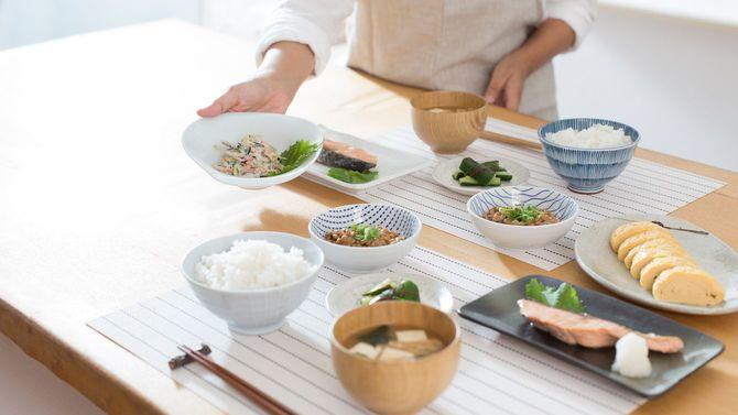 和朝食を準備する女性