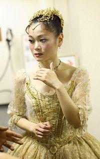 <strong>吉田都</strong>●1965年、東京都生まれ。9歳でクラシックバレエを始める。英国ロイヤルバレエスクール、サドラーズウェルズロイヤルバレエ団(現バーミンガムロイヤルバレエ団)を経て、29歳のとき英国ロイヤルバレエ団のプリンシパルに日本人女性として初めて就任。2006年、熊川哲也氏主宰のKバレエカンパニーに移籍。07年、紫綬褒章および大英帝国勲章を受章。現在はロイヤルバレエ団およびKバレエカンパニーでゲストプリンシパルとして踊っており、ロンドンと日本を行き来している。