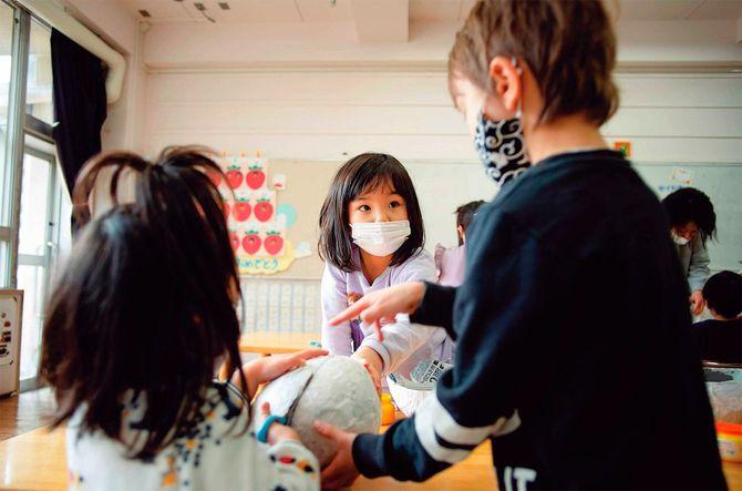 明晴学園の幼稚部で年長の児童が年下の子に教えている様子。(2021年2月、筆者撮影)