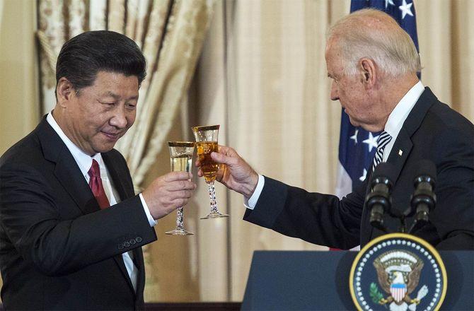 中国の習近平国家主席(左)と米副大統領(当時)のバイデン氏(2015年9月25日、アメリカ・ワシントン)