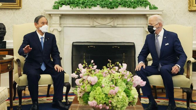 ホワイトハウスでジョー・バイデン米大統領(右)と会談する菅義偉首相=4月16日、アメリカ・ワシントン[首相官邸のツイッターより]
