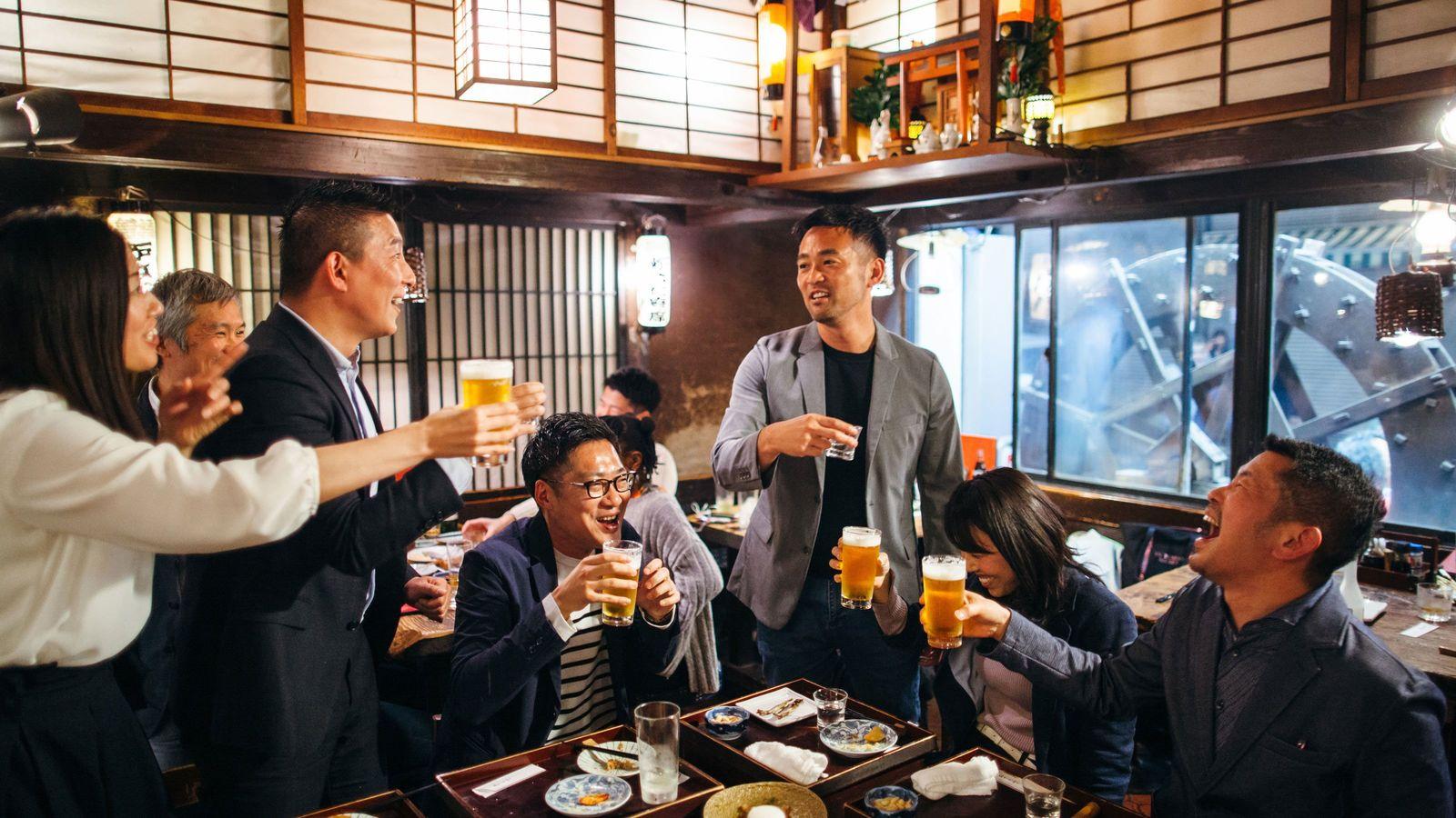 面接の質問「先輩や後輩から飲みに誘われますか」の意図 評価される人材は「幹事役」ではない