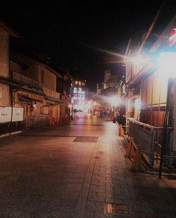 夜9時の祇園。こんなに人がいない光景を見るのは初めて。
