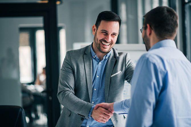新入社員と陽気な若いマネージャーの握手