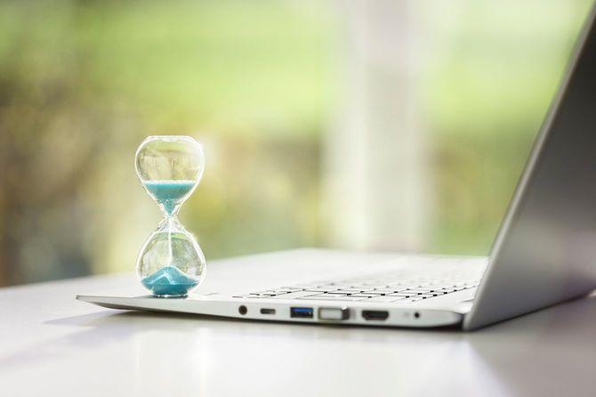 砂時計とノートパソコン