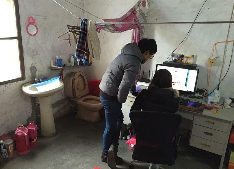中国の若者は月収10万でもクルマを買う 住まいは「便器むき出しアパート」