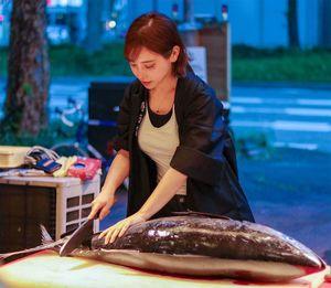 魚をさばく森朝奈さん