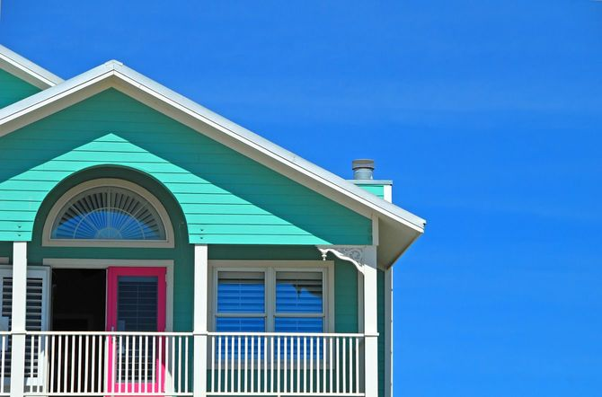 海辺のミントグリーンとピンクの家