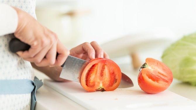 トマトを切る主婦の手元